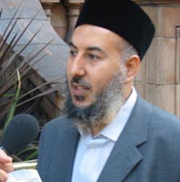 Yassir al-Sirri speaking to the media in London in 2003.
